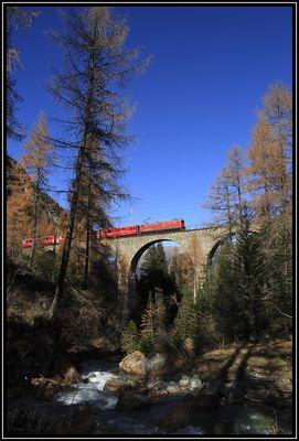 Die Kleine Rote (Rhätische Bahn) im spätherbstlichen Albulatal