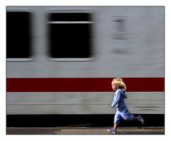 Die Kleine und der Zug..