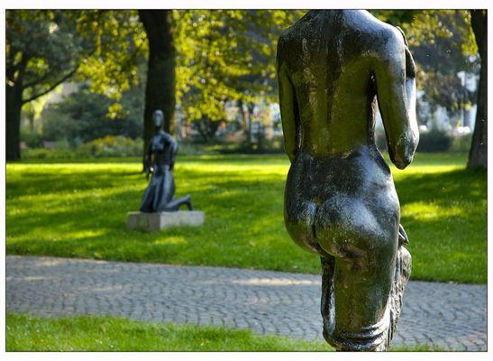 """""""Die Kniende"""" von hinten (Skulptur von Wilhelm Lehmbruck)"""