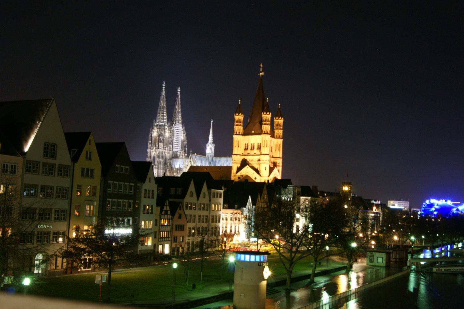 Die Kölner Altstadt bei Nacht und Hochwasser