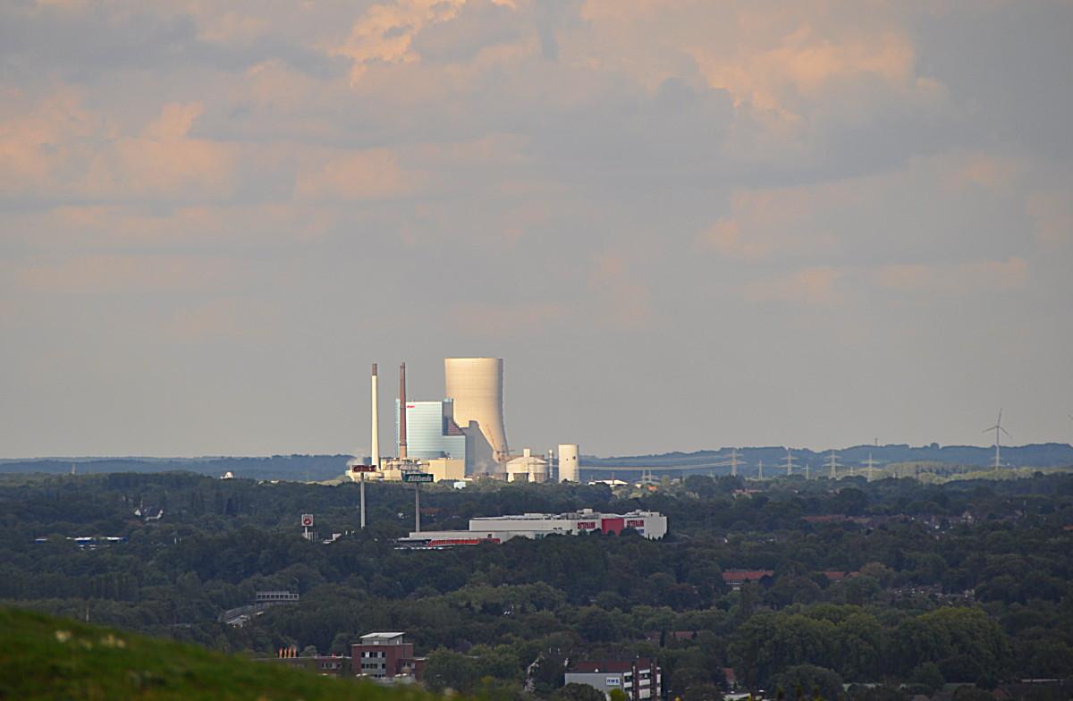 Die Kraftwerke in Datteln, das alte links und das neue