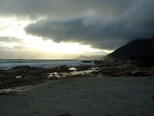 Die Küste Südfrikas am Kap bei Sonnenuntergang