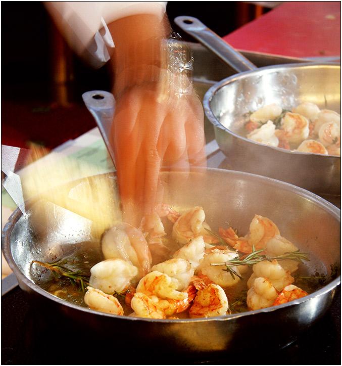 Die Kunst des Gourmetkochs, Garnelen mit der Hand zu wenden