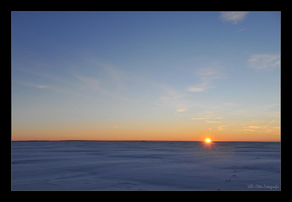Die letzten Sonnenstrahlen an einem eisigen Wintertag