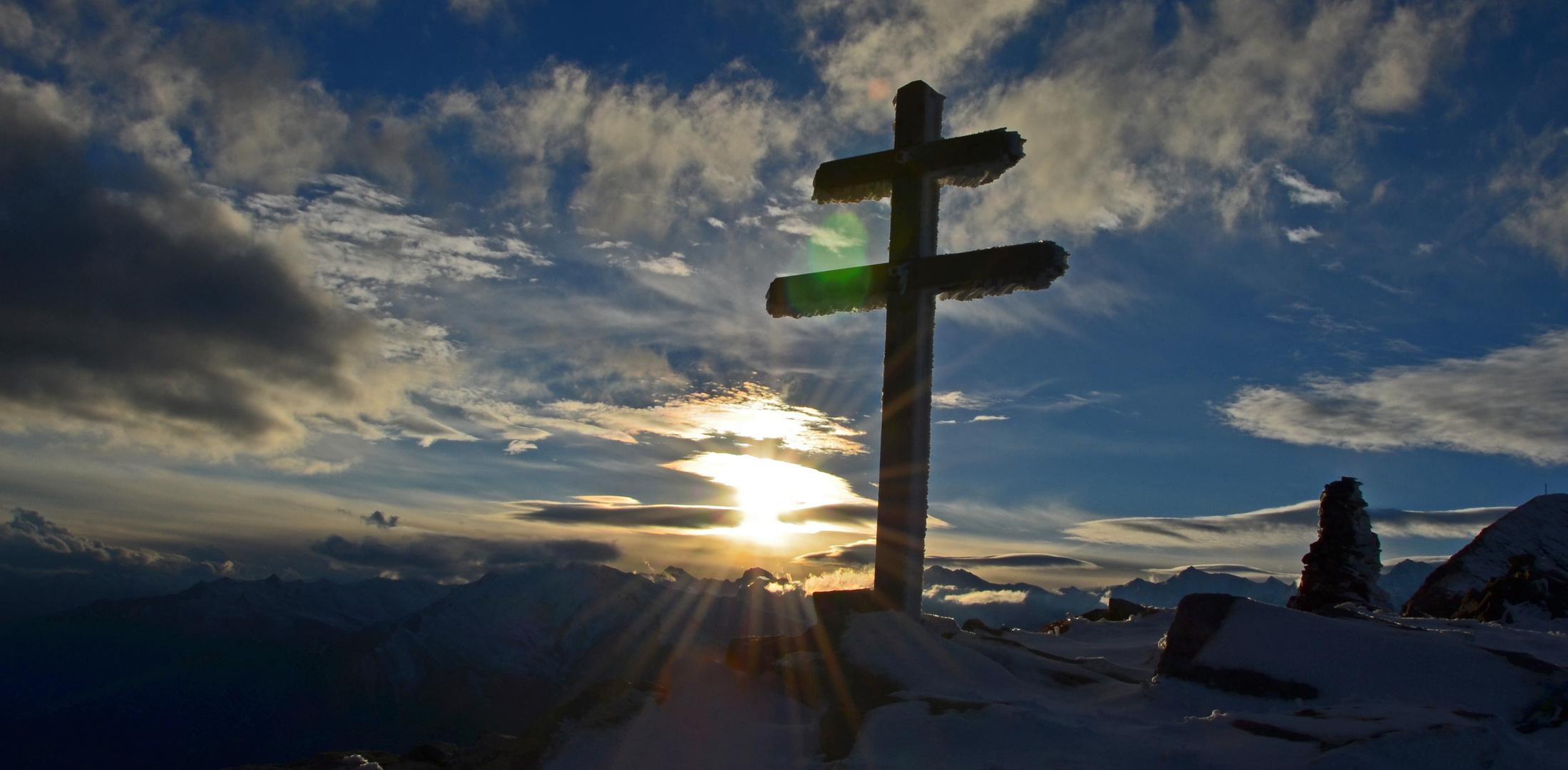 Die letzten Sonnenstrahlen für das Kreuz