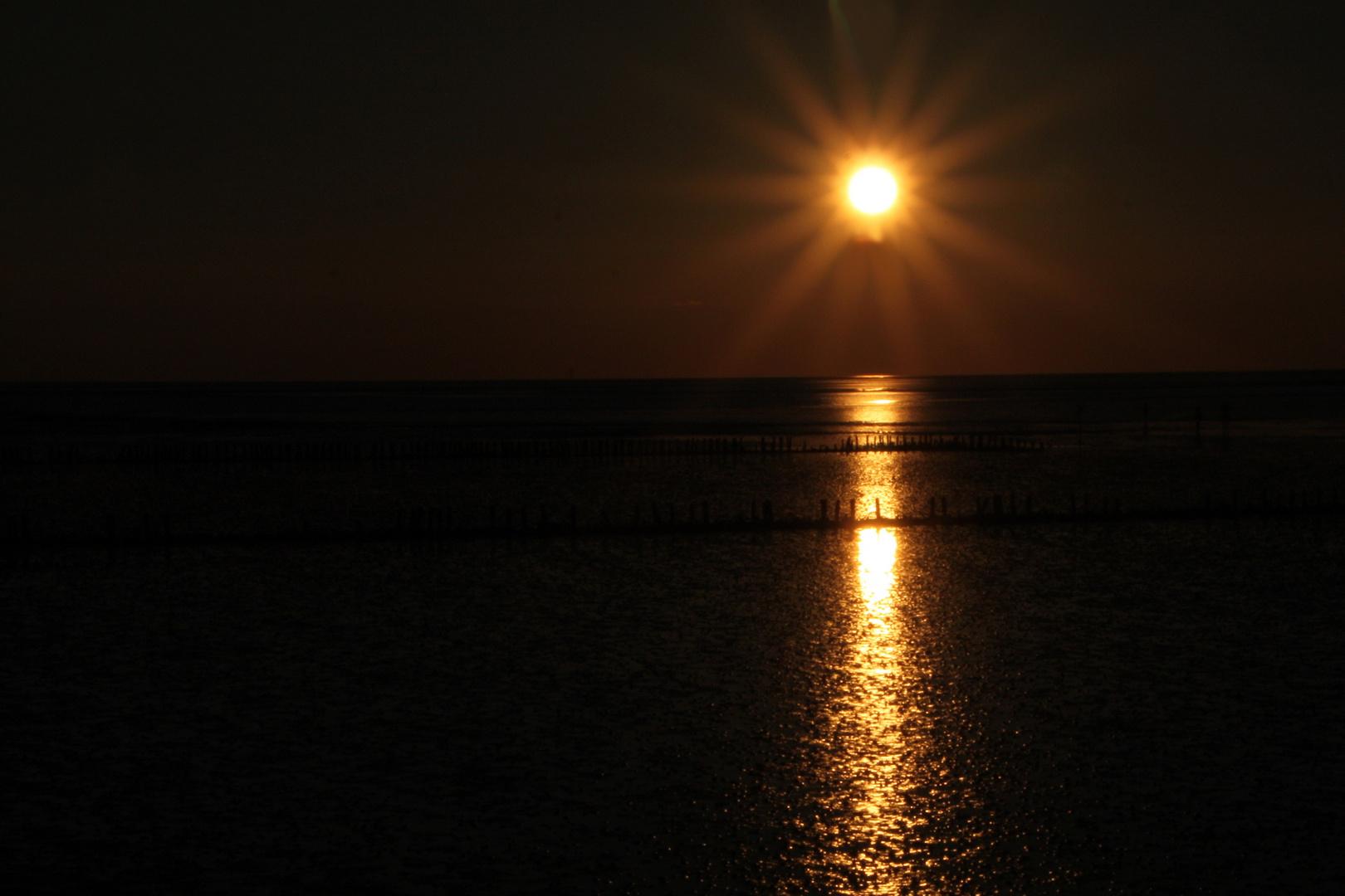 die letzten Strahlen der Sonne über dem See