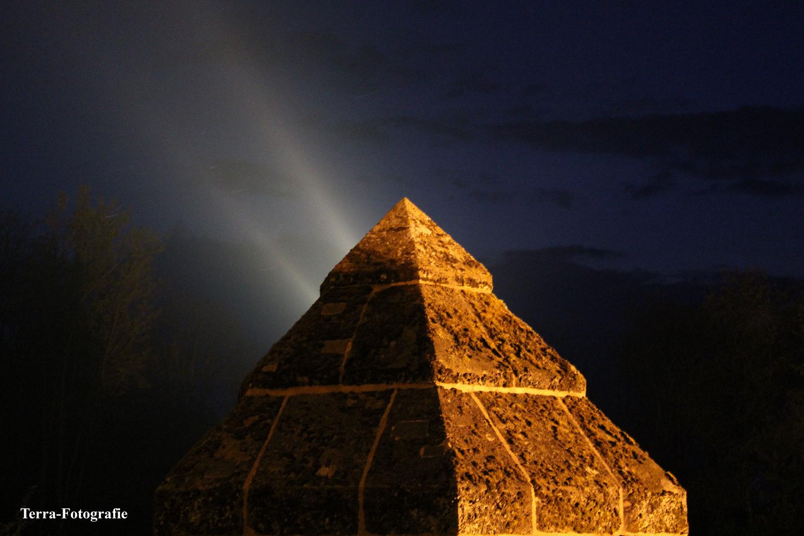 Die leuchtende Pyramide