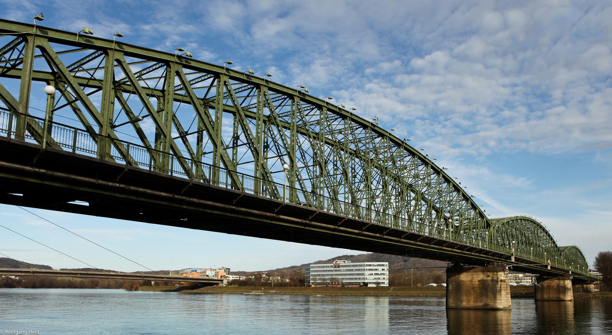 Die Linzer Eisenbahnbrücke.