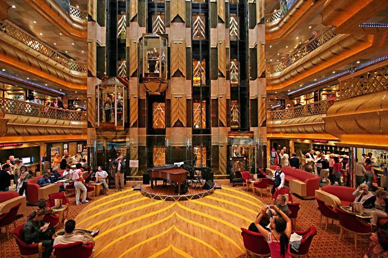 Die Lobby auf dem Kreuzfahrtschiff Costa Magica