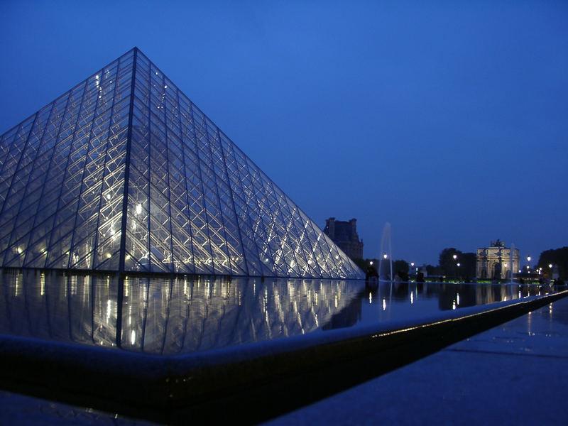 Die Louvre Pyramide in der Dämmerung