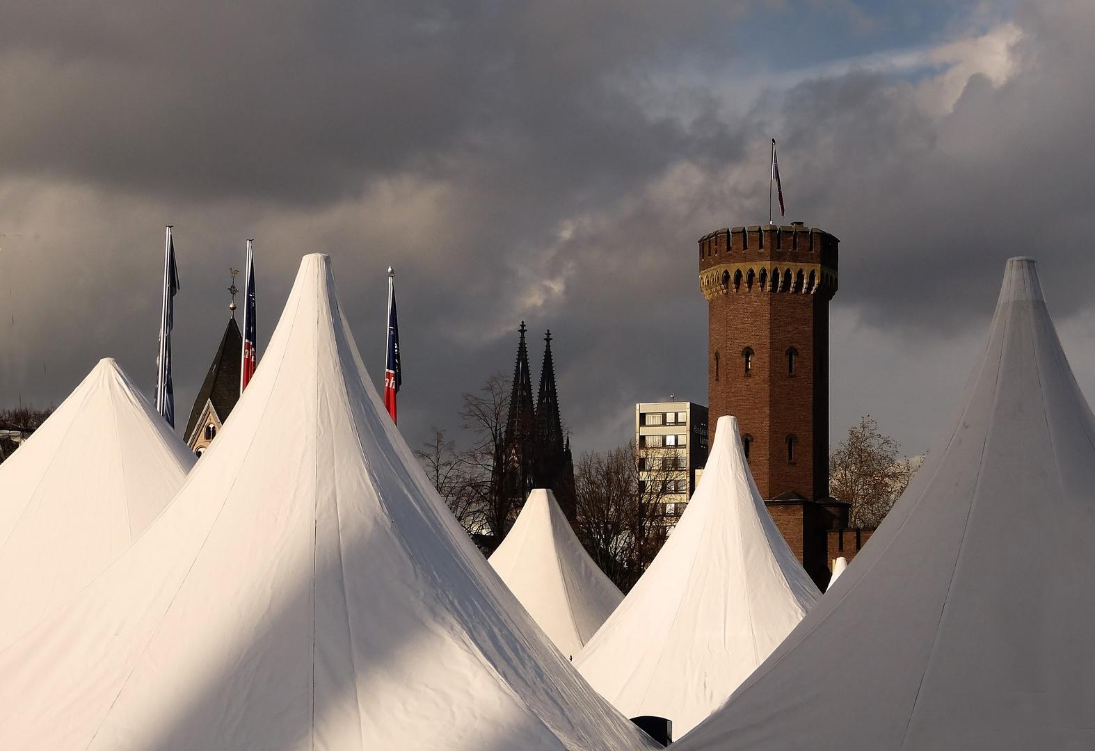 Die luftgeschwärzten Domturmspitzen - Wahrzeichen der Stadt Köln 1