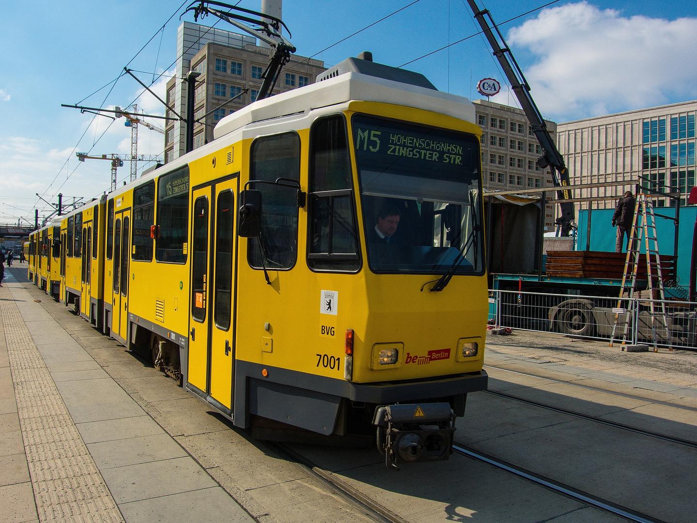 Die M5 überquert den Alexanderplatz