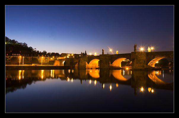 Die Mainbrücke bei Nacht