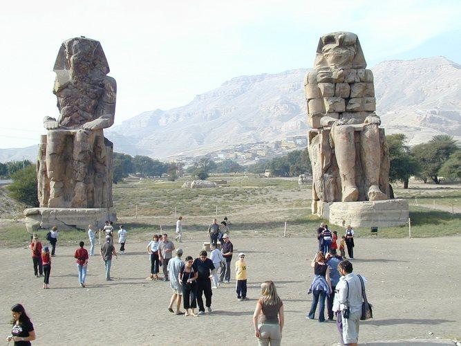 Die Memnon-Kolosse in Theben-West.