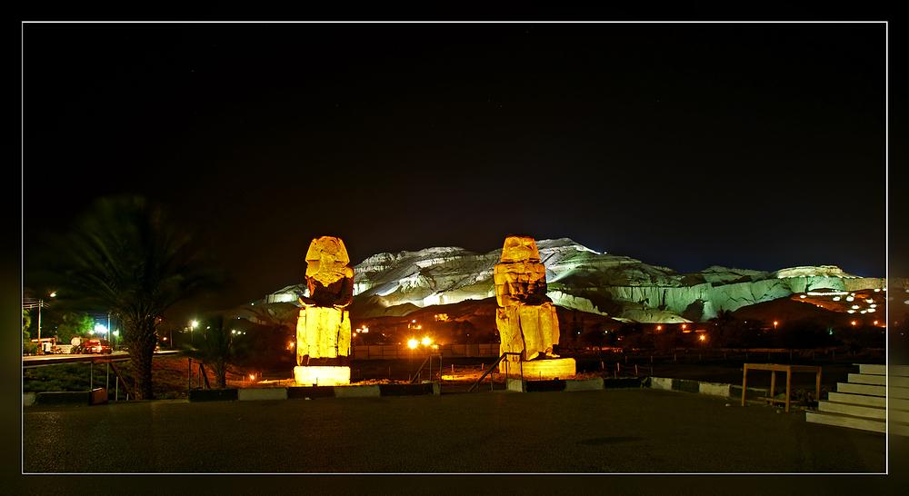 Die Memnonkolosse bei Nacht