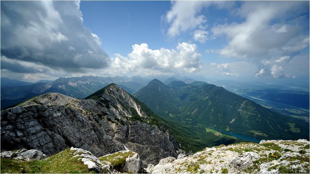 Die Menschen stolpern nicht über Berge, ...