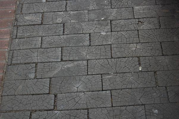 Die mit Holz gepflasterte Straße