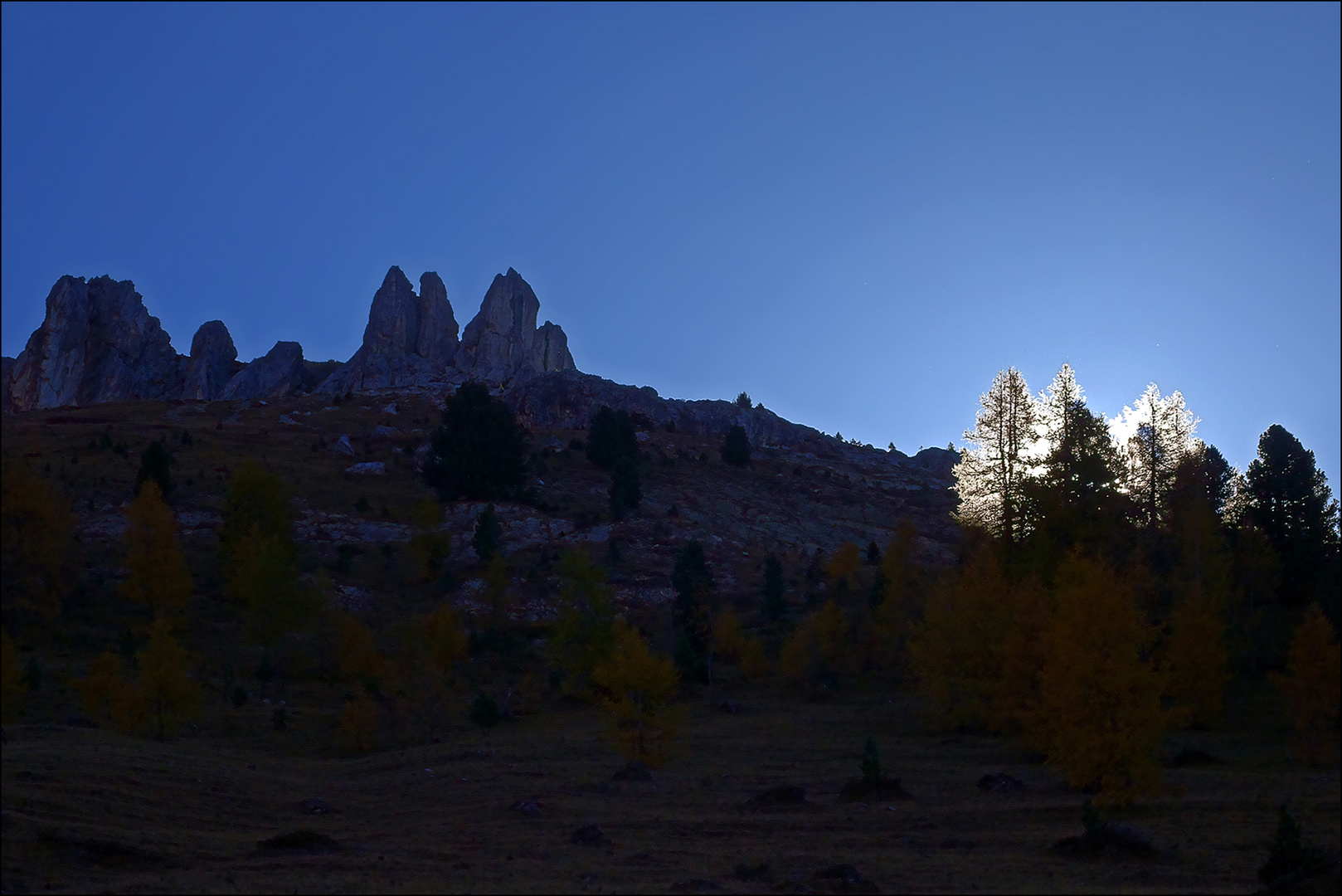 die Morgensonne kommt über den Bergrücken