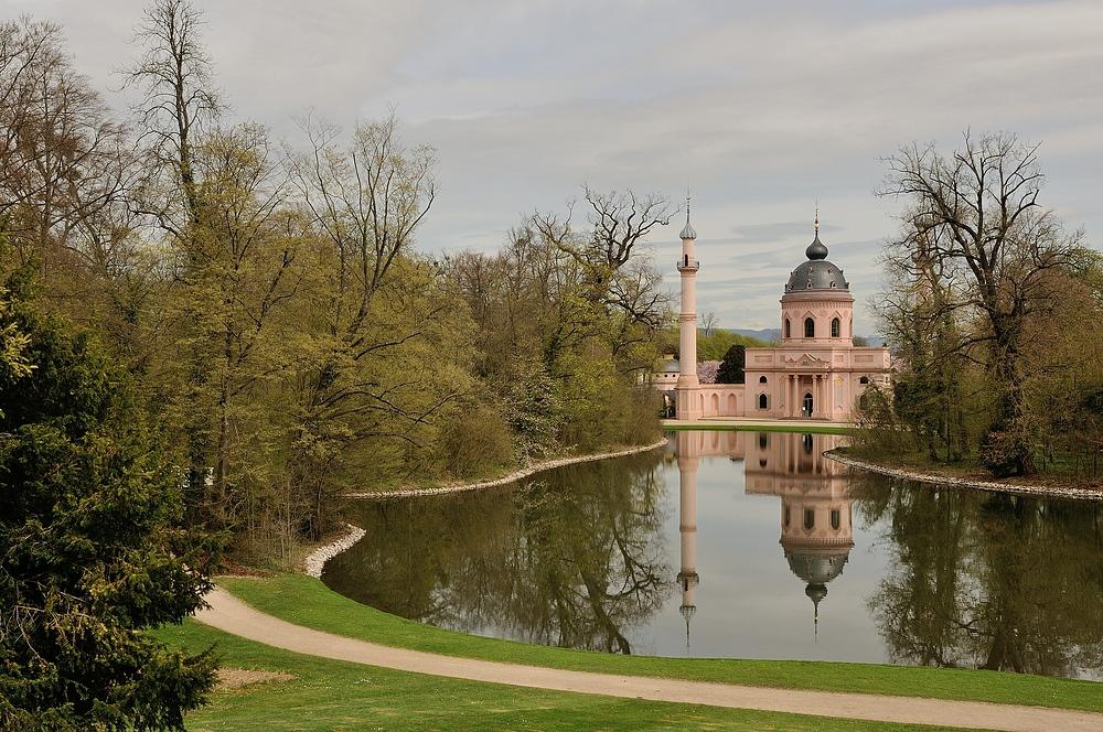 """Die Moschee im Schwetzinger Schlossgarten (auch als """"Rote Moschee"""" bekannt) ..."""