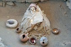 Die Mumie hockt in ihrem Gab in Chauchilla