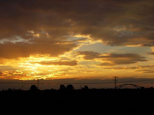 Die Nacht kommt. Und der Himmel glüht.