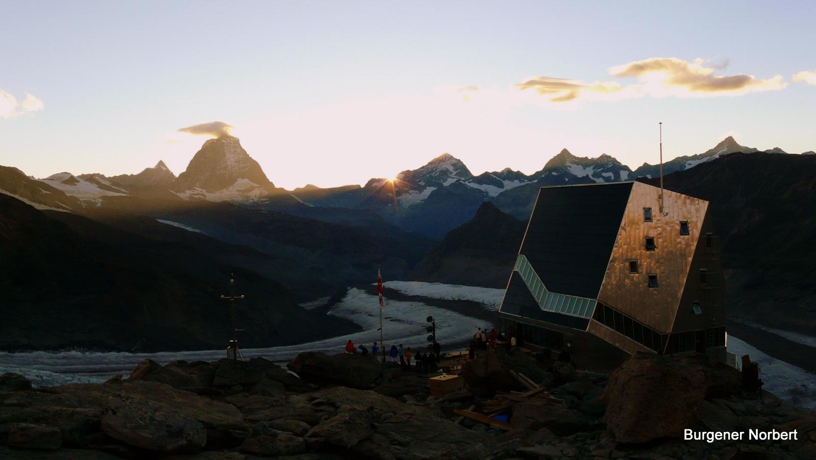 Die neue Monte Rosa Hütte im letzten Sonnenlicht.