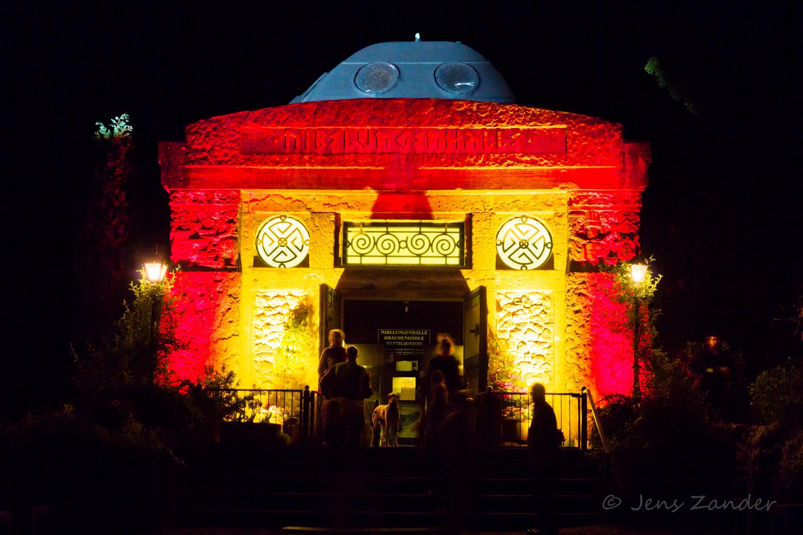 Die Nibelungenhalle (Drachenfels) bei Nacht ...