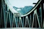 die noch geschlossene Glienicker Brücke -
