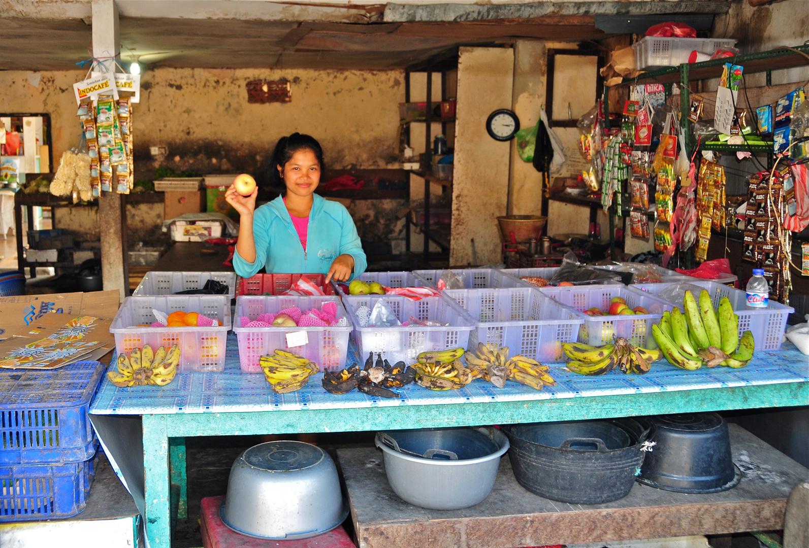 Die Obstverkäuferin in ihrem Geschäft