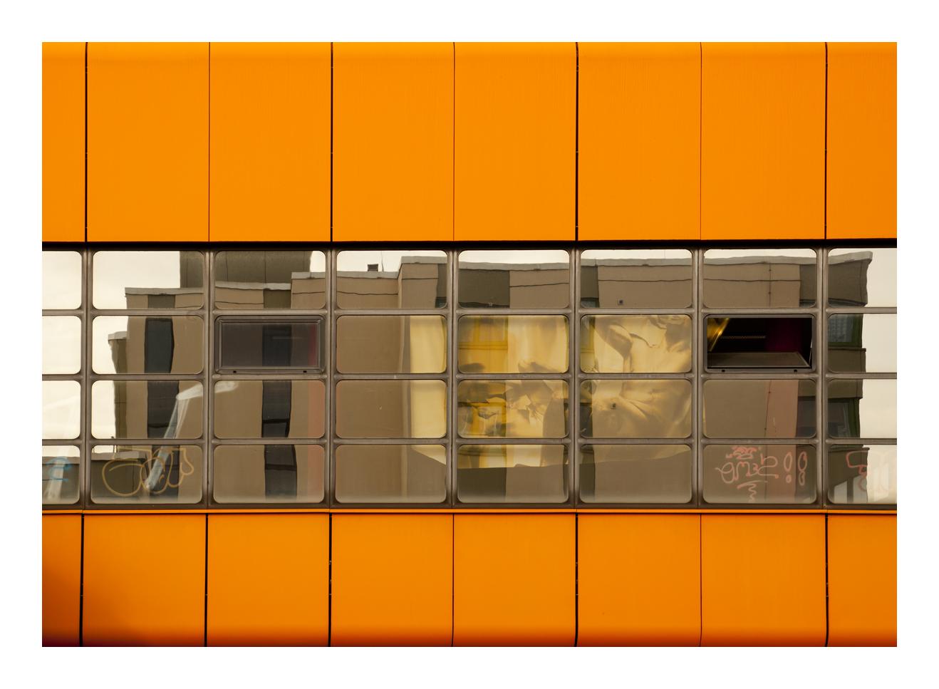 die orangene Fassade