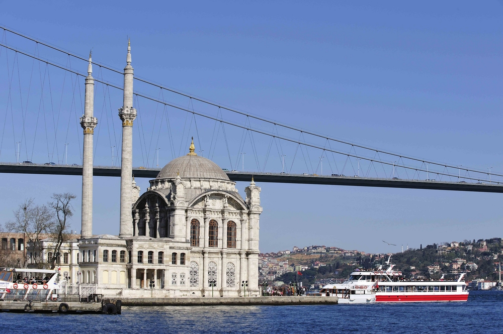 Die Ortaköy Moschee liegt unterhalb der Bosporus-Brücke