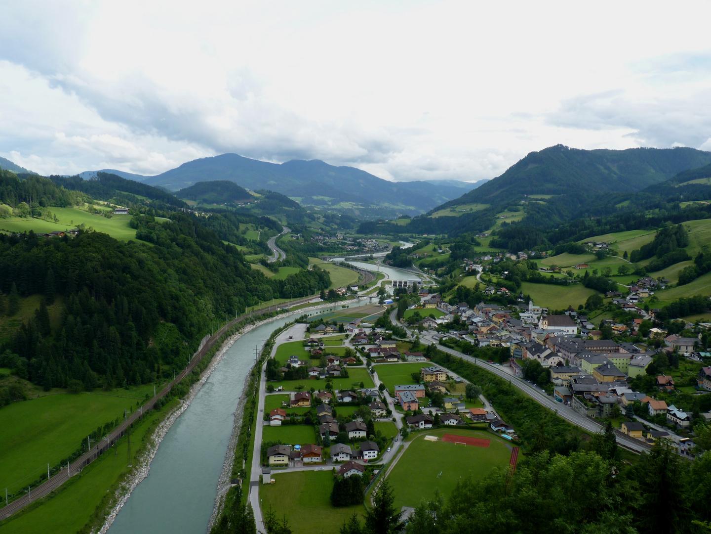 Die Ortschaft liegt am Fuße der Werfen Burg