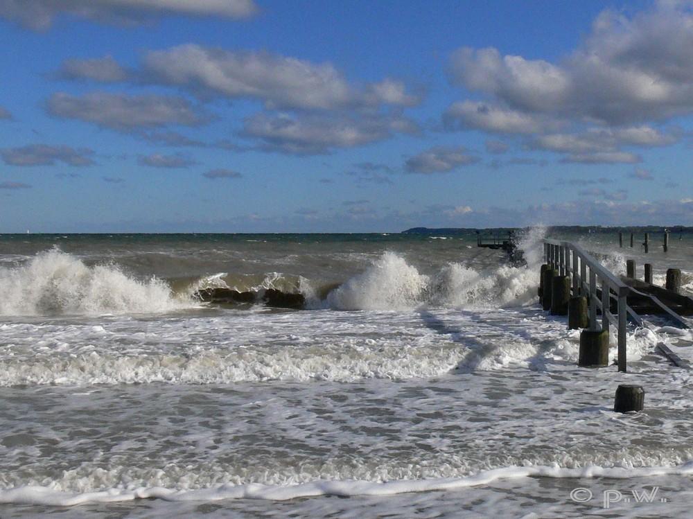 Die Ostsee erobert den Strand von Travemünde