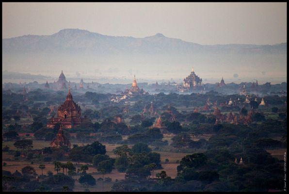 Die Pagoden von Bagan am frühen Morgen, Myanmar/Burma 2012