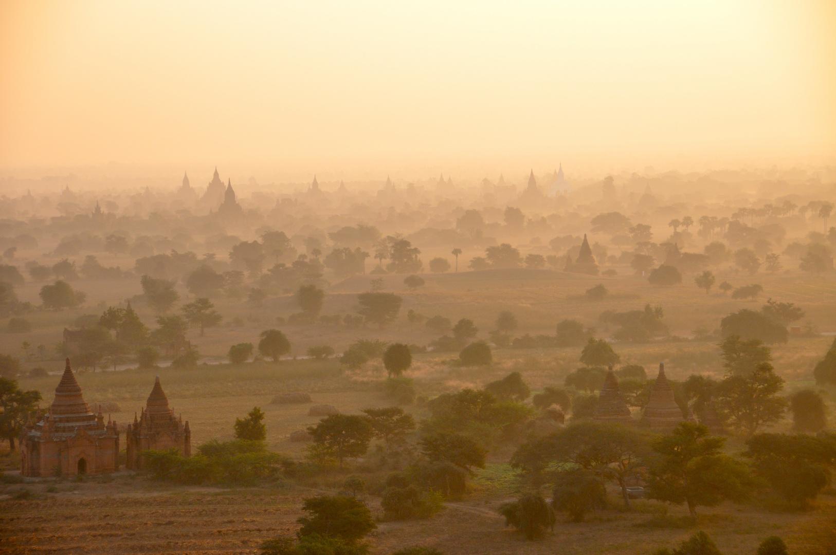 Die Pagodenlandschaft von Bagan im Morgennebel
