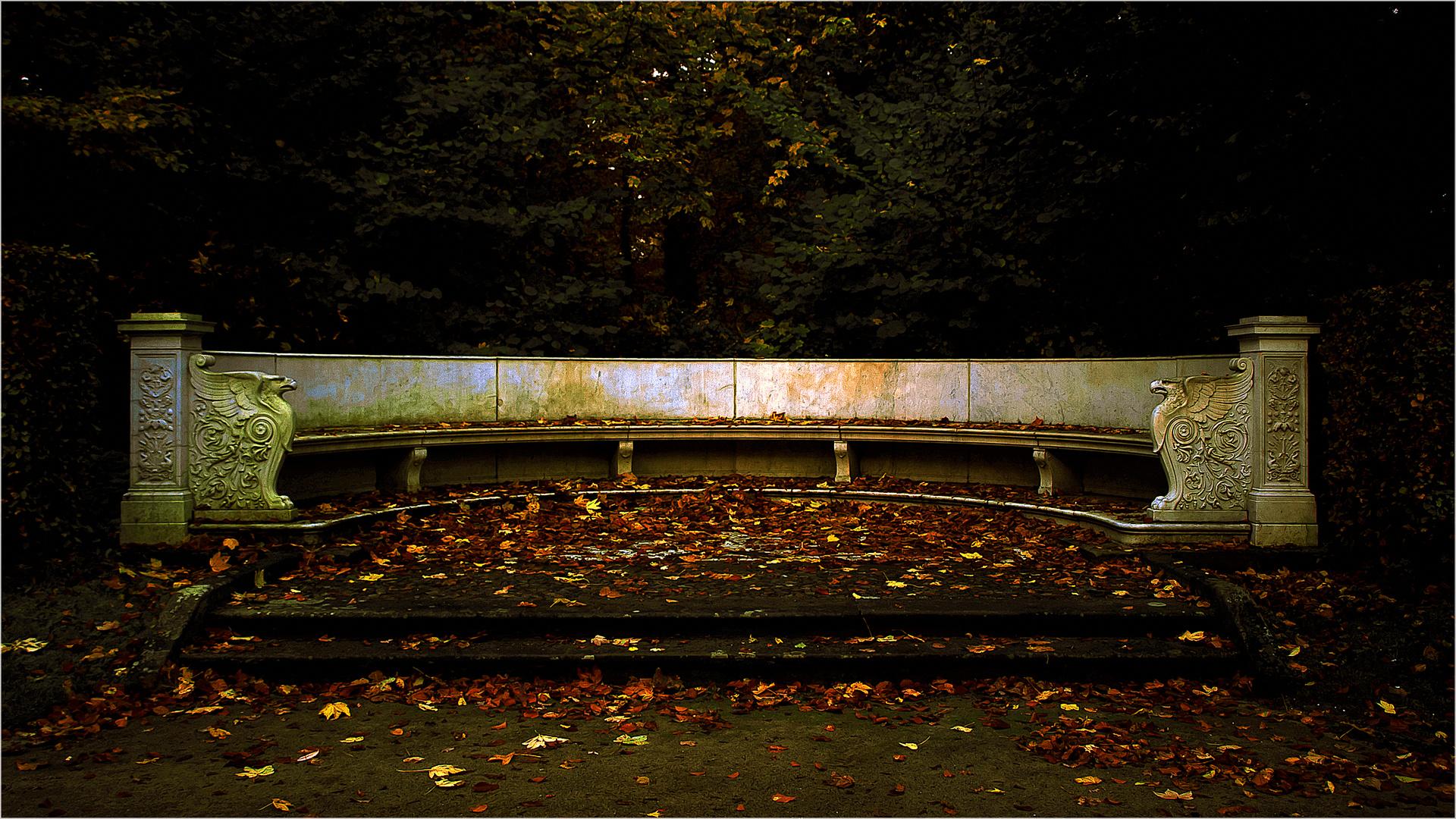 die Parkbank im Herbst