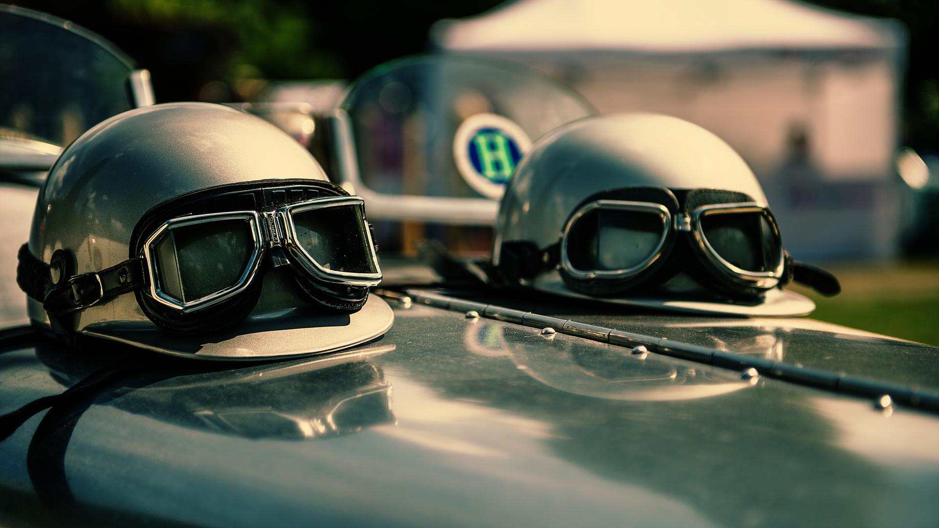 Die passenden Helme und Brillen .....
