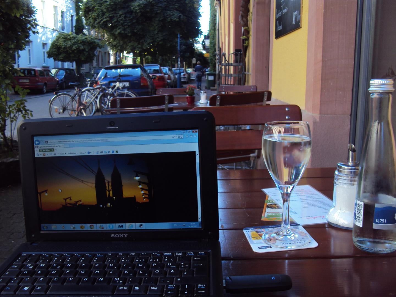 Die Plätze der Straßencafés leeren sich - Abendrot des Sommers 2013