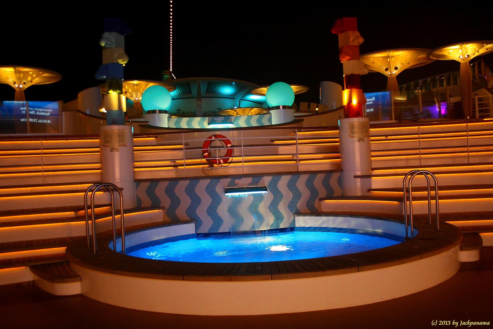 Die Poolbar bei Nacht