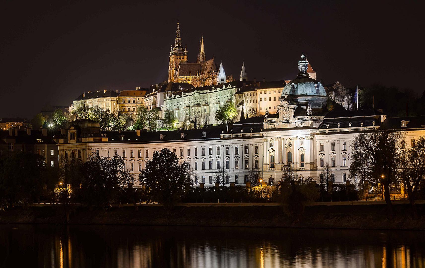 Die Prager Burg bei Nacht