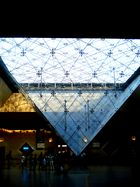 Die Pyramide des Louvre mal von unten gesehen