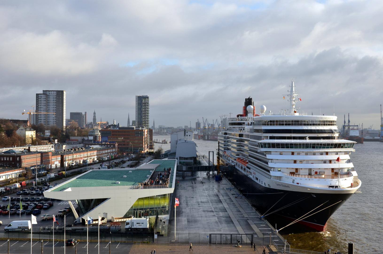 Die Queen Elizabeth im Hamburger Hafen