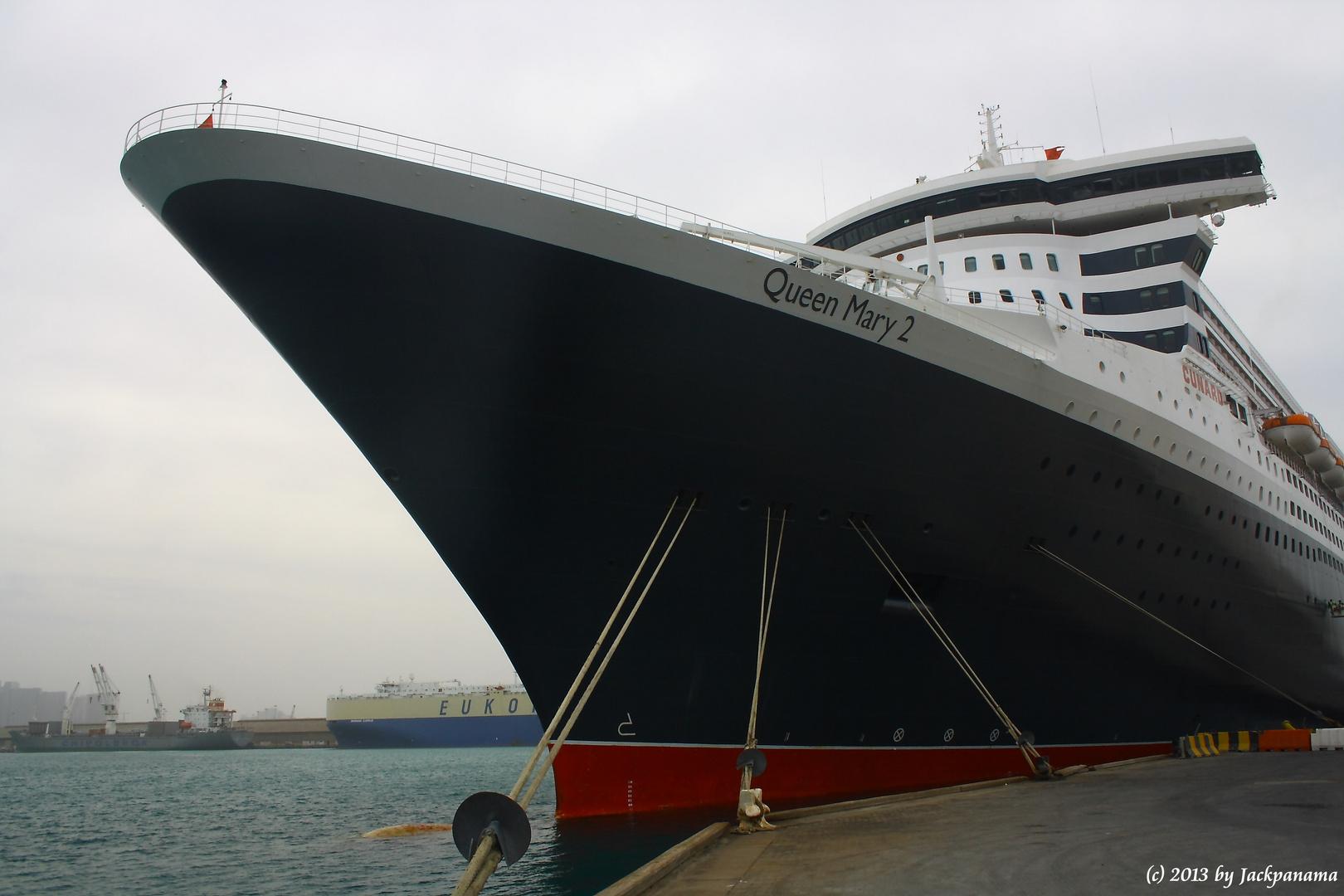 Die Queen Mary 2 im Khalifa Bin Salman Port, Bahrain (1)