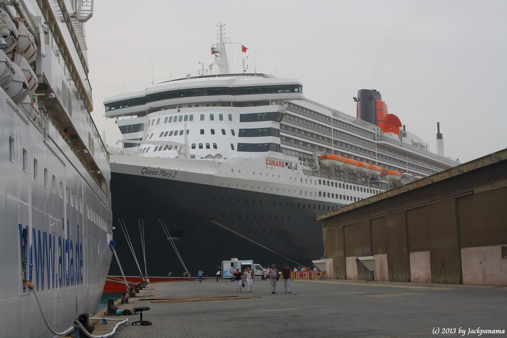 Die Queen Mary 2 im Khalifa Bin Salman Port, Bahrain (3)