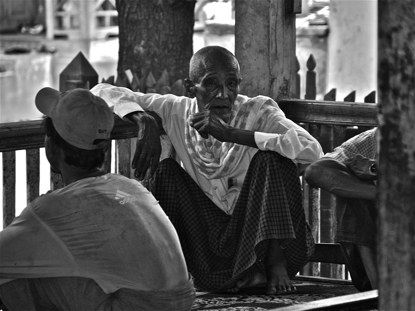 die rast im schatten der veranda, amarapura, burma 2011