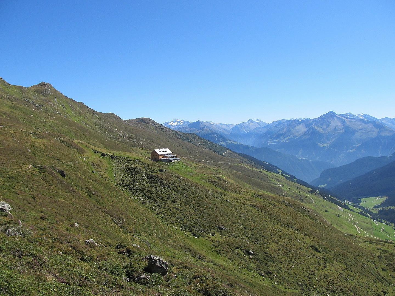 Die Rastkogelhütte im Hintergrund die Ahornspitze