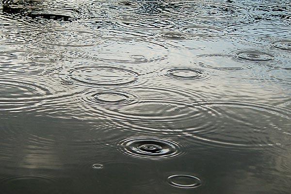Die Regentropfen prasseln
