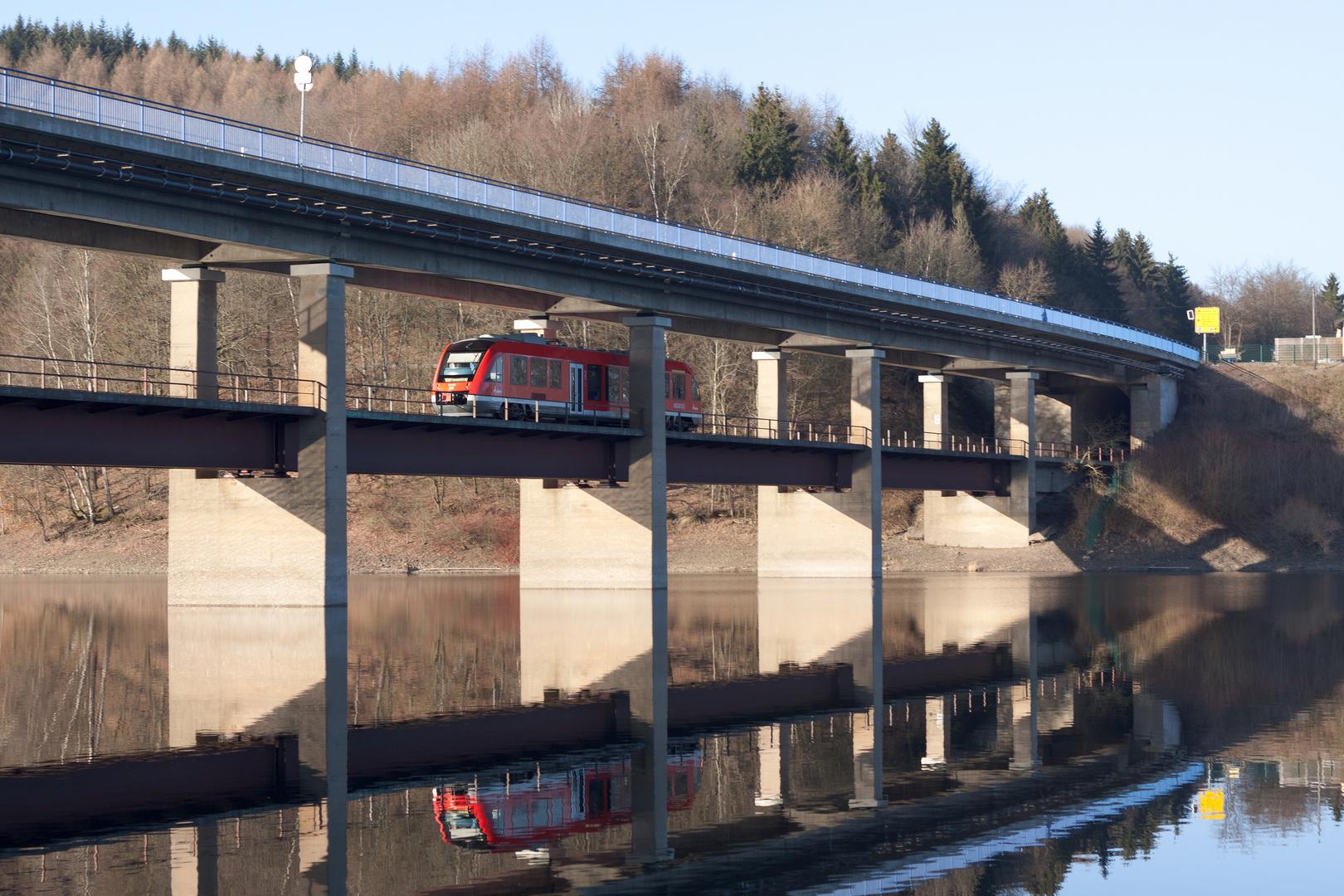 Die Regionalbahn unter und auf der Brücke