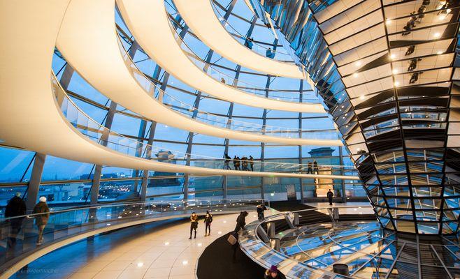 Die Reichstagskuppel zur blauen Stunde