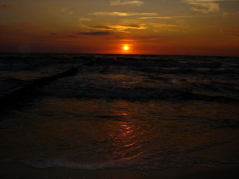 Die rote Sonne hinter dem Meer